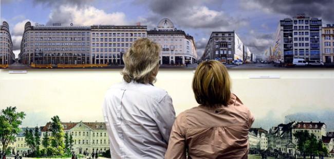 Zwei Ausstellungsbesucher sehen sich Bilder an