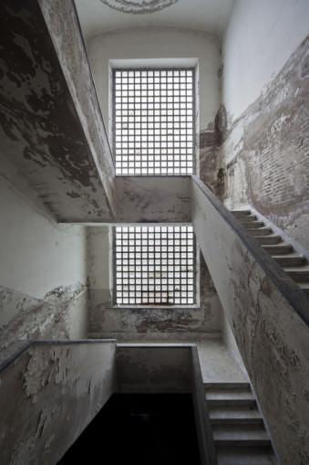 Symmetrisches verlassenes Treppenhaus.