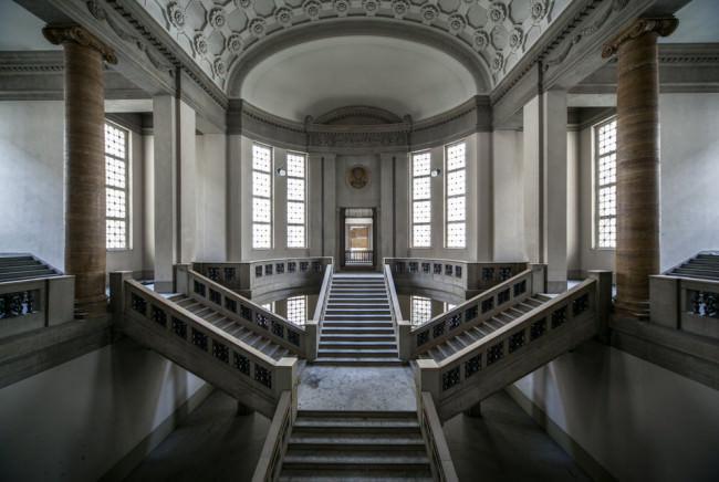 Großes Treppenhaus einer Villa.