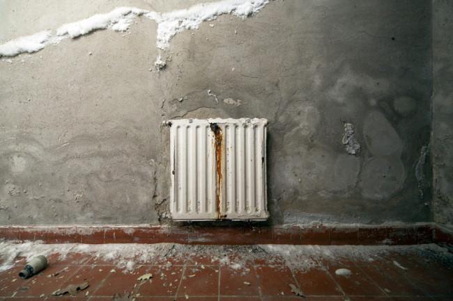 Heizung an einer alten Wand.