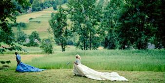 ein Mann und eine Frau gehen über ein Feld.
