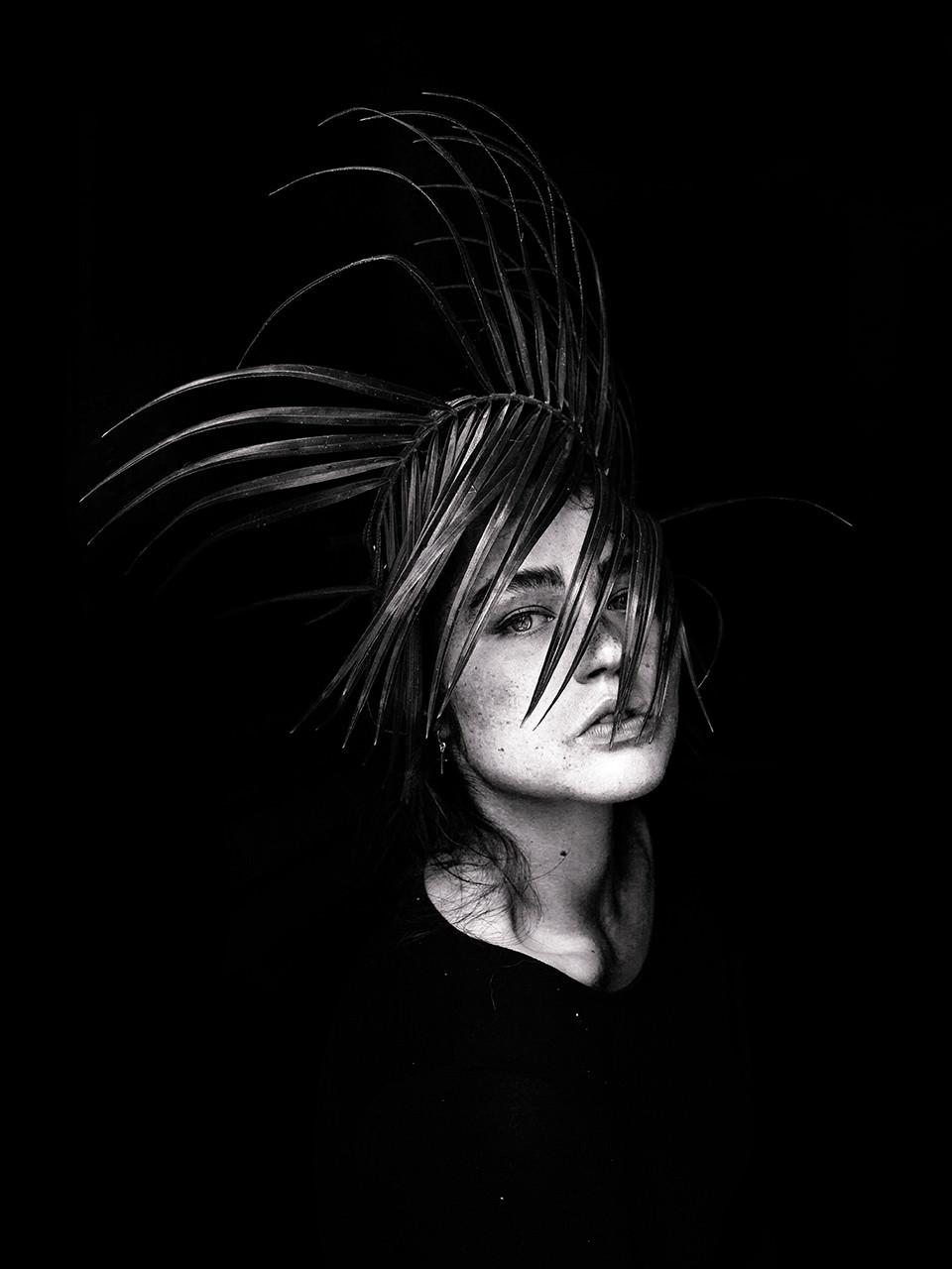 Ein Frauenportrait mit Farn.