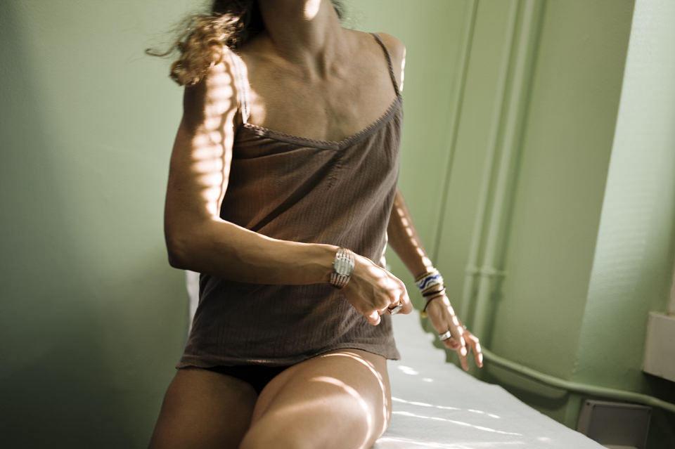 Eine Frau sitzt auf dem Bett