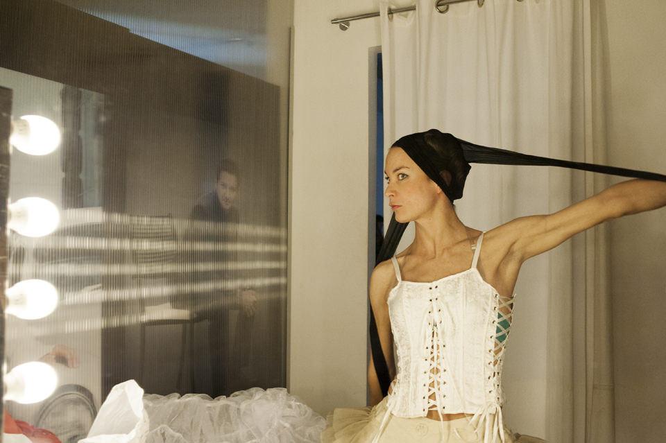 Eine Frau trägt eine Strumpfhose auf dem Kopf
