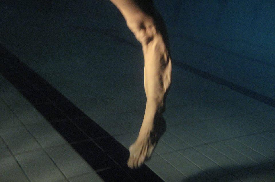 Ein Bein im Wasser