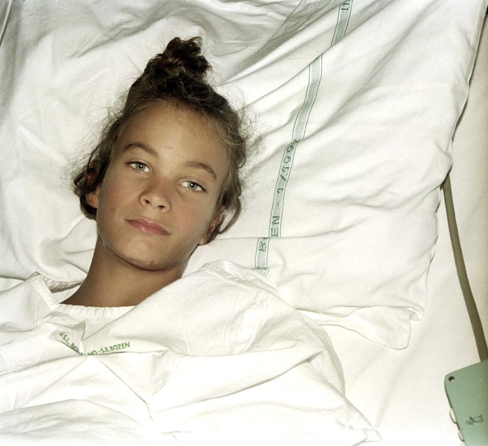 Mädchen im Bett liegend
