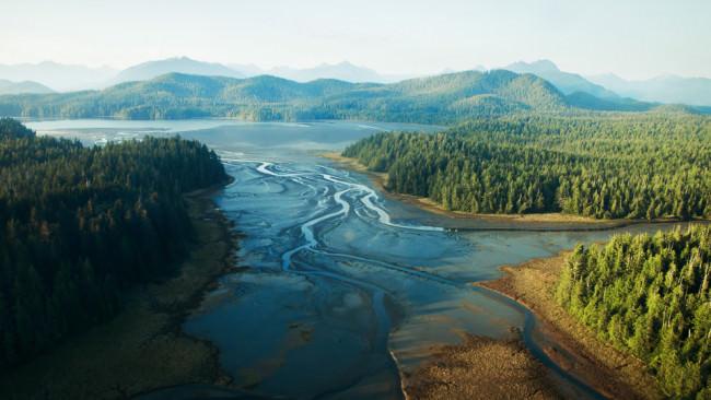 Ausblick auf einen Fluß, der sich durch Gebirge und Wälder zieht.