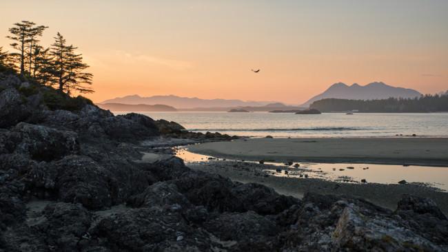 Blick auf einen Sonnenuntergang am Strand.