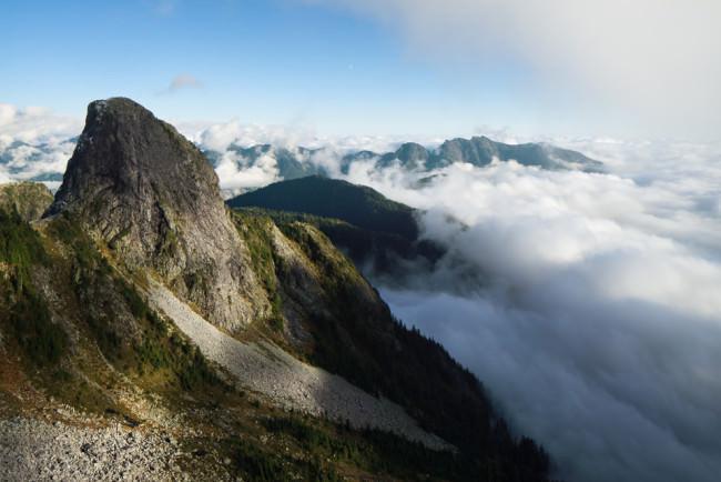 Gebirgsketten, von Wolken umhüllt.