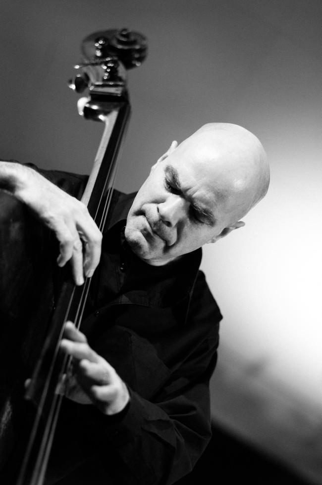Konzertfotografie: Portrait eines konzentrierten Cellisten