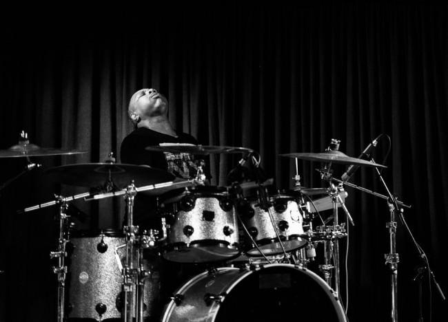 Konzertfotografie: Konzentrierter Schlagzeuger am Set