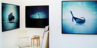 Bilder, die an einer Wand hängen.