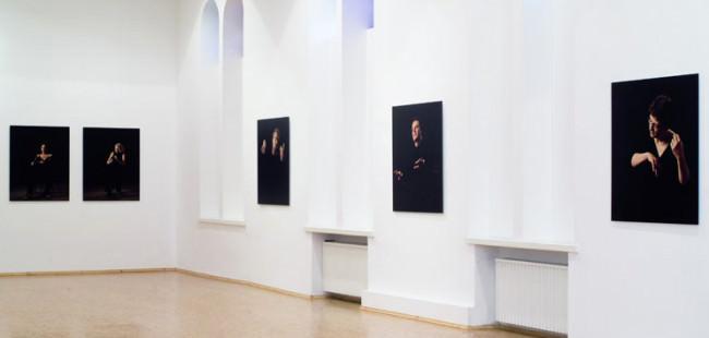 Sicht auf Bilder, die ausgestellt an der Wand hängen