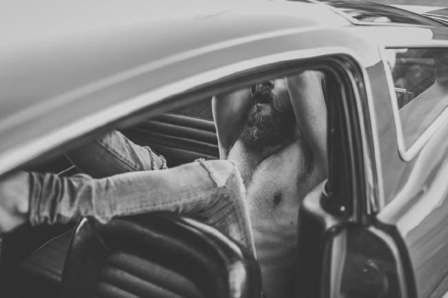 Mann sitzt im Auto