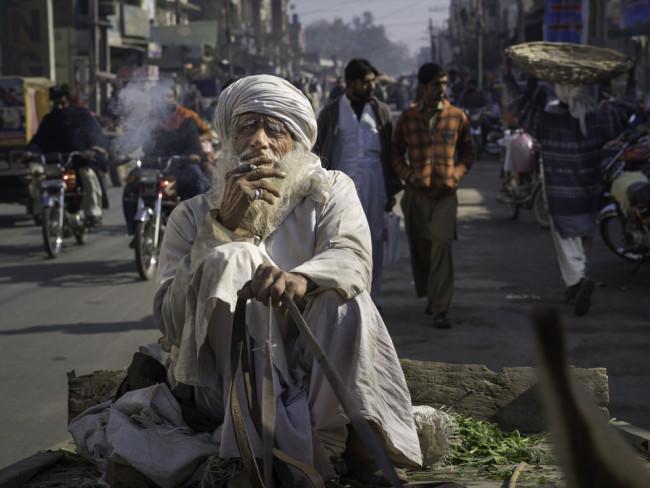 Ein älterer Mann auf einer Rikscha.
