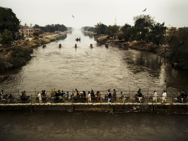 Ausblick auf eine Brücke, die von vielen Menschen überquert wird.