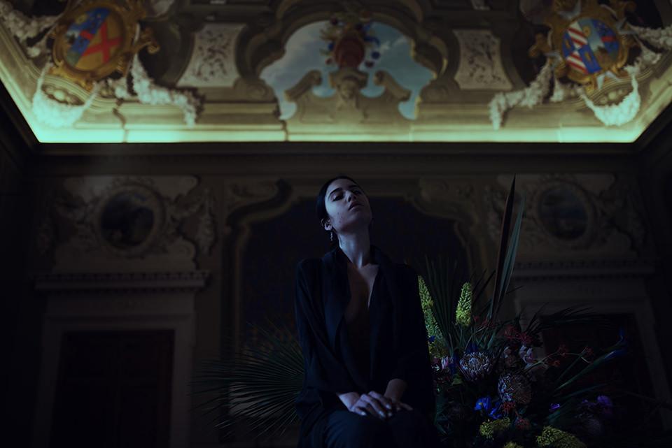 Frau in einem bemaltem Raum.