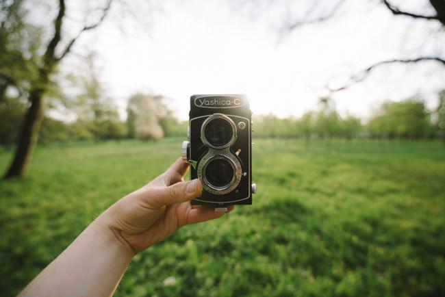 Selfie mit einer alten Mittelformatkamera