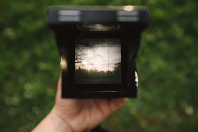 Mittelformatkamera in Hand von oben fotografiert