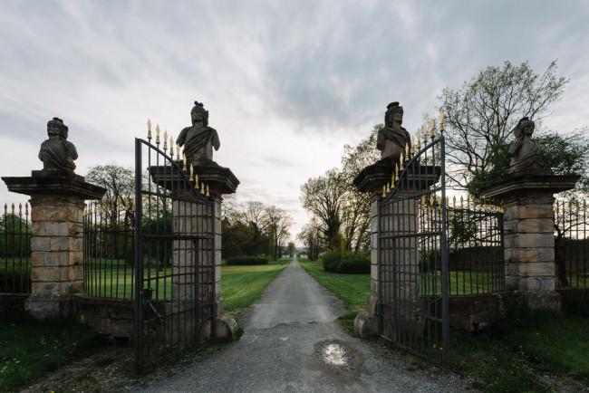 Eingangstor zum Schloss mit Steinstatuen