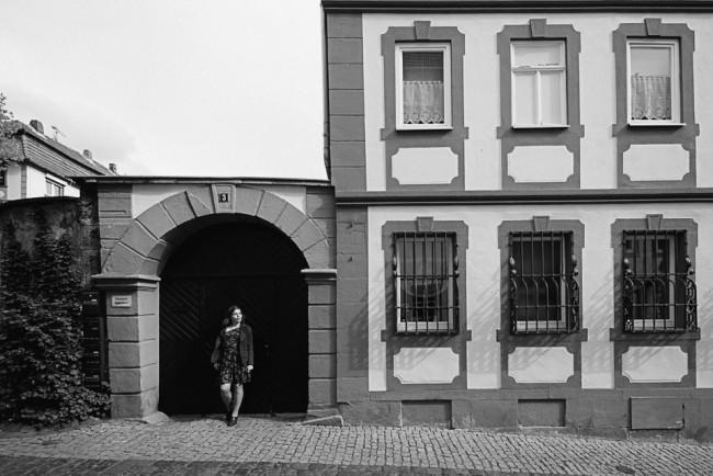 Frau steht vor Haustor in der Altstadt