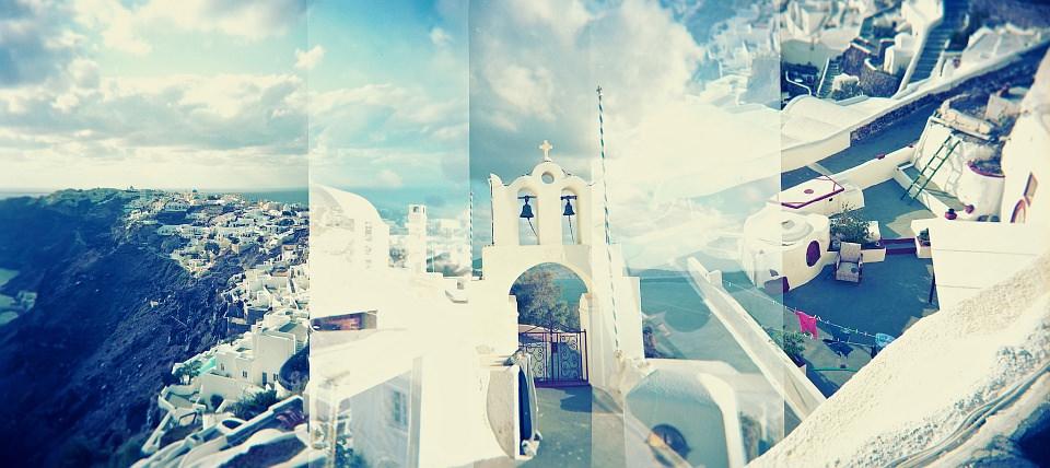 Blau-weiße Doppelbelichtungscollage einer Stadt am Meer.