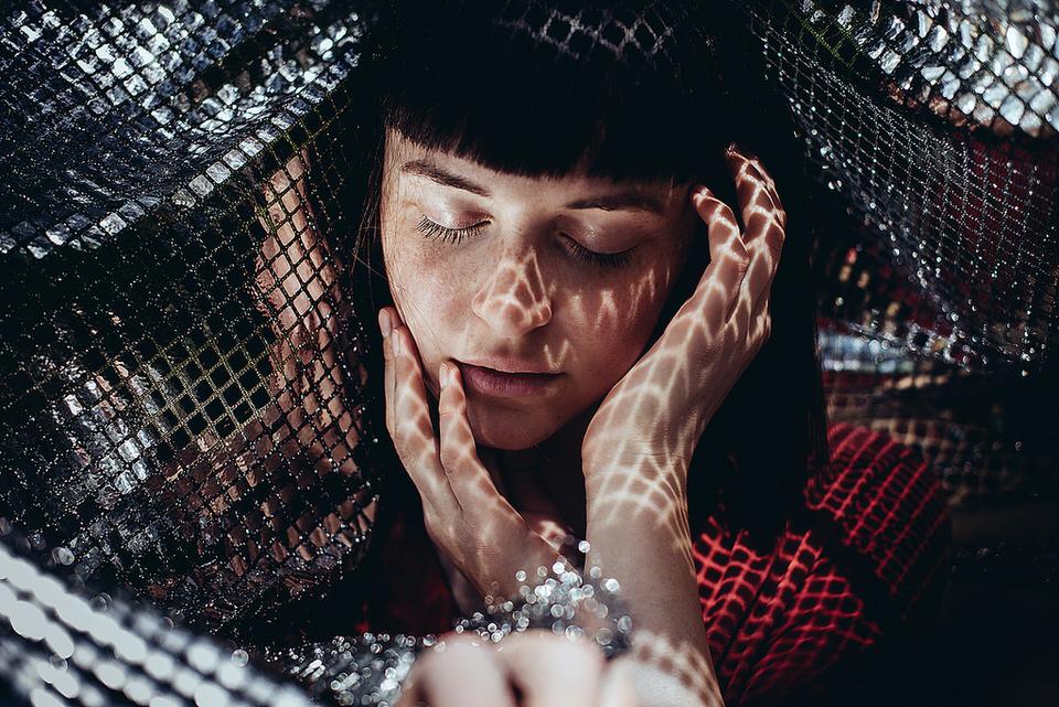 Frau mit Lichtreflexen im Gesicht