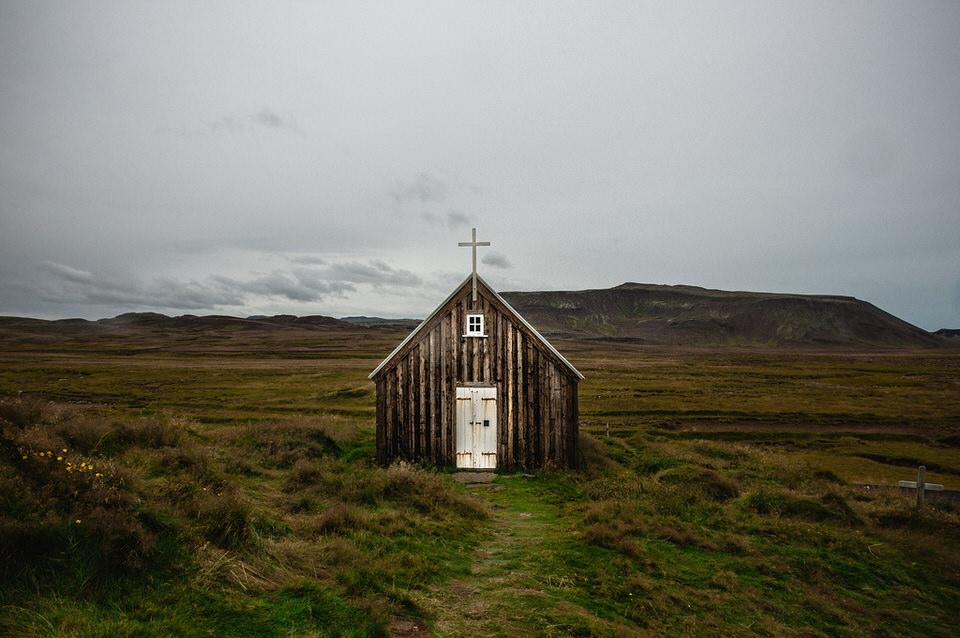 Eine Hütte in flacher Landschaft