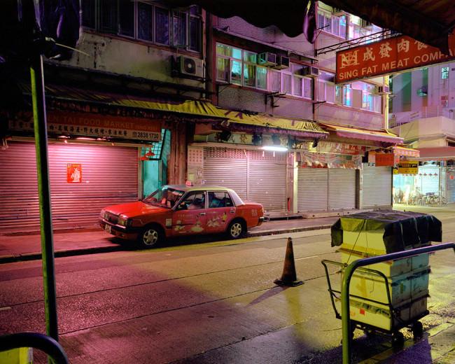 Eine nächtliche Straßenszene mit bunter Neonbeleuchtung .