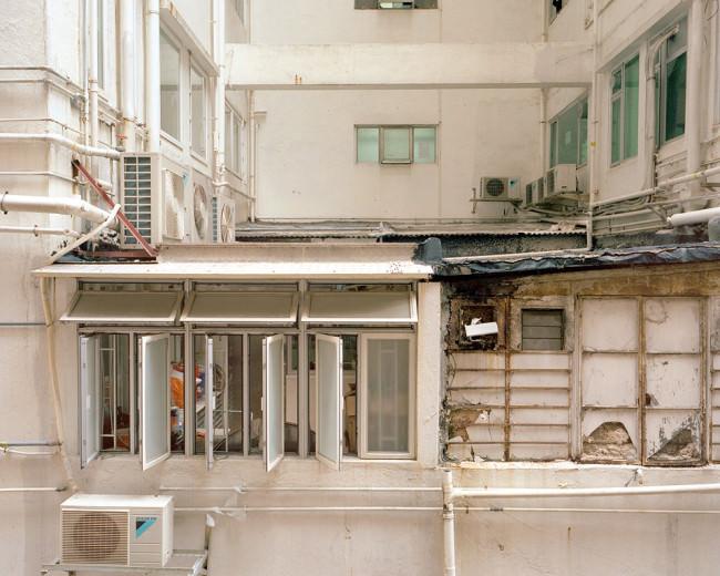 Fassadenausschnitt eines Wohnkomplexes in Hongkong.