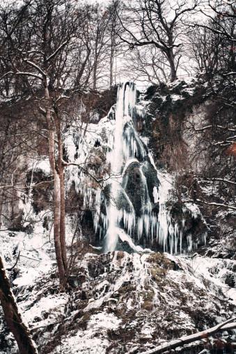 Ein gefrohrener Wasserfall