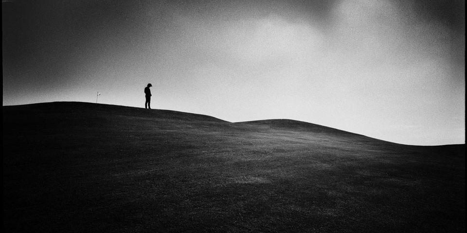Eine Person steht auf einem Berg.