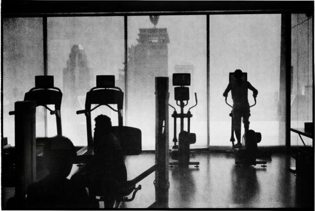Fitness-Studio mit Wolkenkratzern im Hintergrund