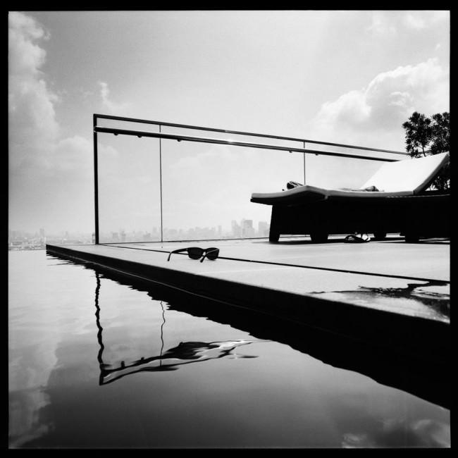 Abstraktes Gegenlicht vom Pool auf einem Wolkenkratzer.