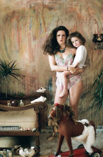 Mutter mit Tochter auf den arm.