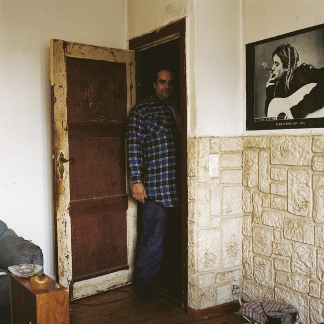 Ein Mann steht an einer Tür