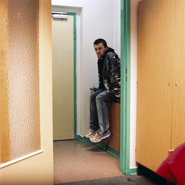 Ein Mann blickt in ein Zimmer.