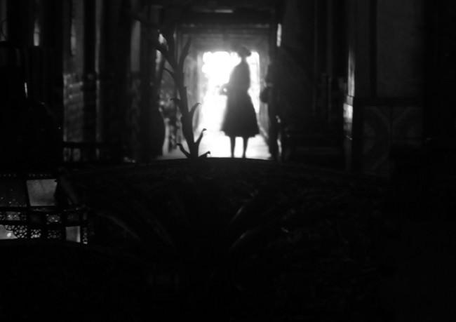 Gegenlicht, eine Frau im Türrahmen.