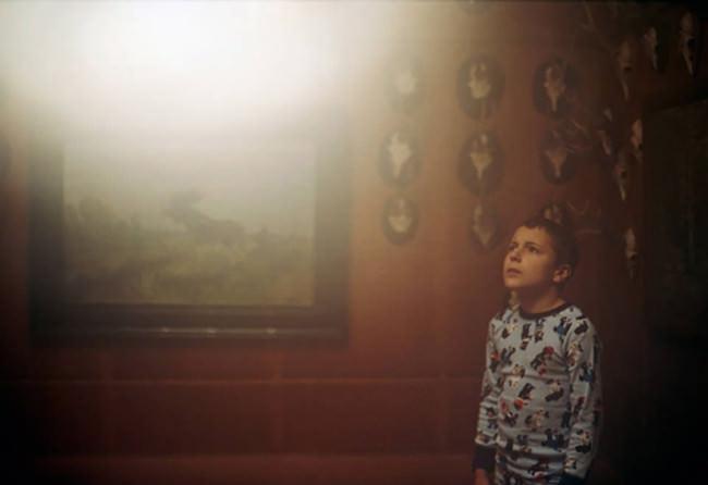 Ein Junge sieht ins Licht.