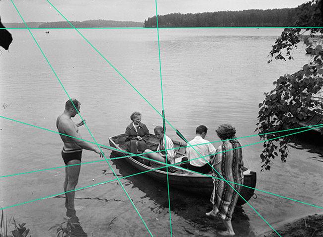 Menschen sitzen um Boot