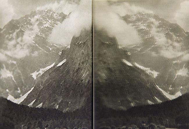 Das Bild eines Berges gespiegelt