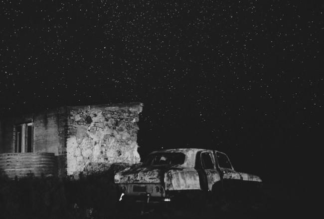 Alte Autokarosserie vor Sternenhimmel.