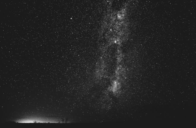 Die Milchstraße in schwarzweiss.