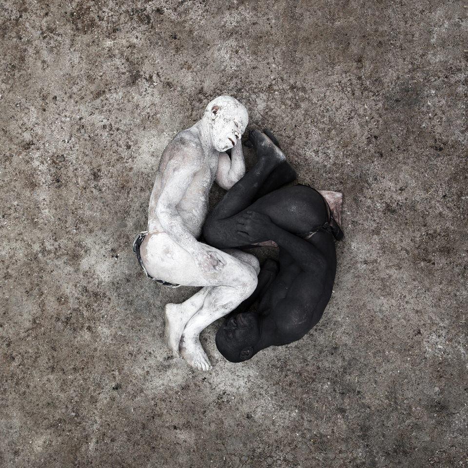 Zwei Männer in schwarz und weiß