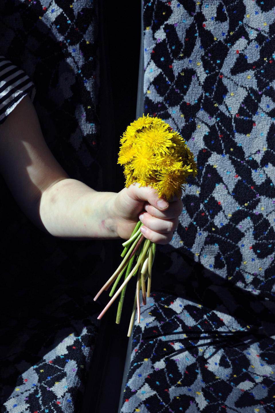 Eine Hand hält einen Blumenstrauss.