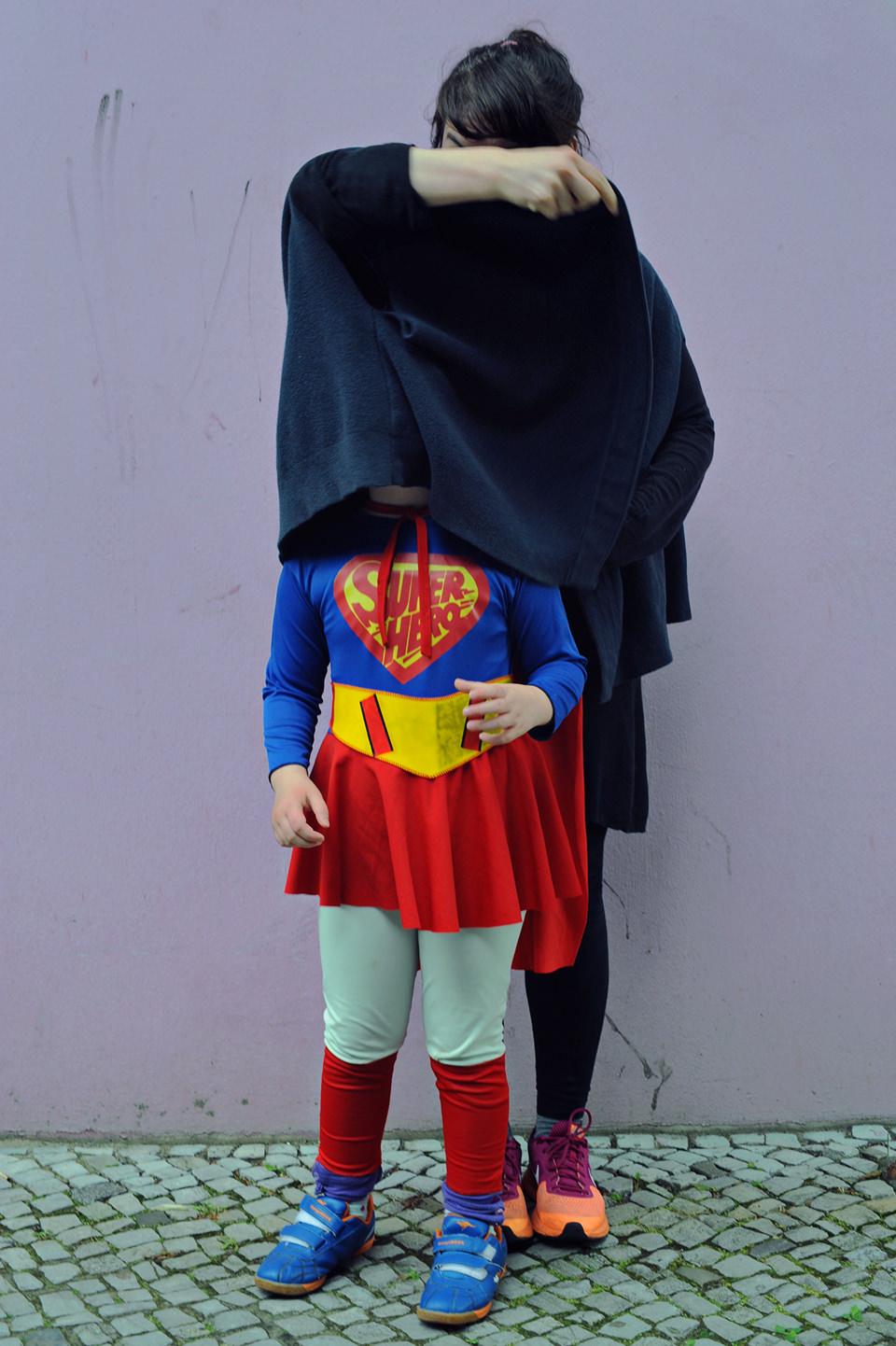 Eine Frau verdeckt ein Kind.