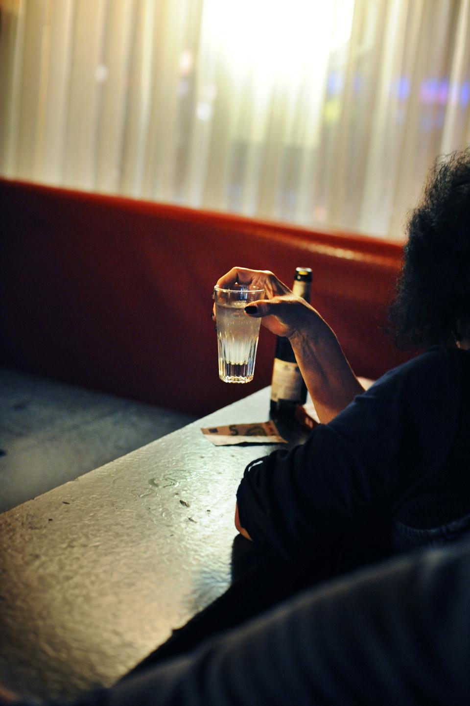 Eine Hand hält ein Glas.