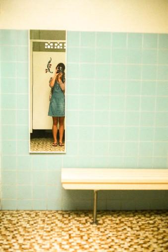 Ein Mensch in einem Spiegel.