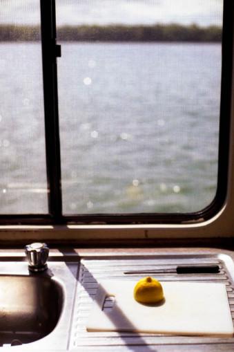 Eine Zitrone und der Ausblick aufs Meer.