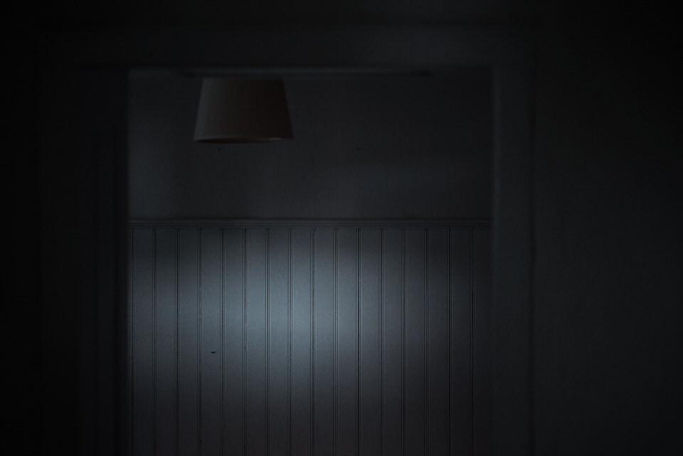 Ein unscheinbarer Lichtreflex am Ende eines Raumes.